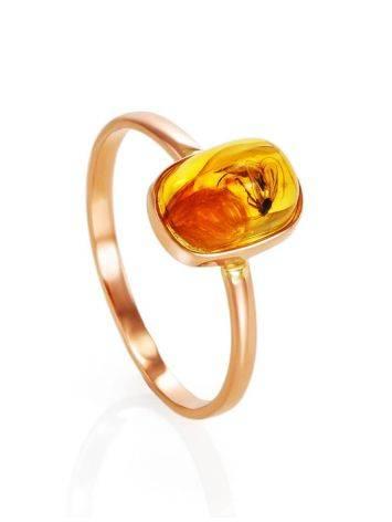 Кольцо из золота с натуральным балтийским янтарём с инклюзом «Клио» 17, Размер кольца: 17, фото