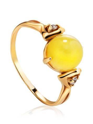 Легкое кольцо из золота 585 пробы с небольшой круглой вставкой из медового янтаря и цирконами «Самбия» 16.5, Размер кольца: 16.5, фото