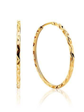 Стильные серьги-кольца из золота с необычной текстурой, фото