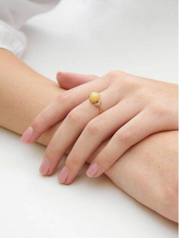 Легкое кольцо из золота 585 пробы с небольшой круглой вставкой из медового янтаря и цирконами «Самбия» 16.5, Размер кольца: 16.5, фото , изображение 3