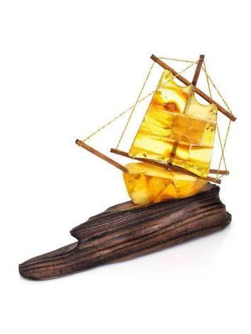 Кораблик из натурального янтаря на деревянной подставке, фото