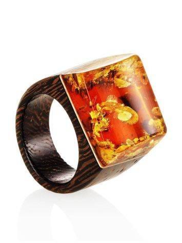 Необычное кольцо в эко-стиле из дерева с натуральным искрящимся янтарём «Индонезия», Размер кольца: 17.5, фото