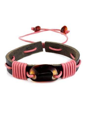 Кожаный браслет тёмно-коричневого цвета, переплетённый розовым шнурком с ярким коньячным янтарём «Копакабана», фото