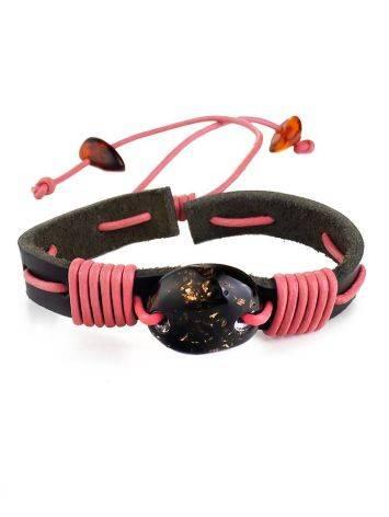 Браслет из чёрной кожи, перевитый розовым шнуром и украшенный янтарём «Копакабана», фото