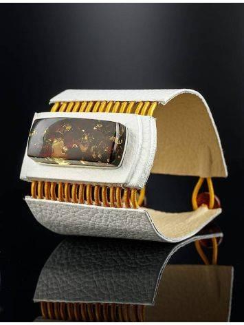 Стильный браслет из белой кожи со вставкой из балтийского янтаря «Амазонка», фото , изображение 3