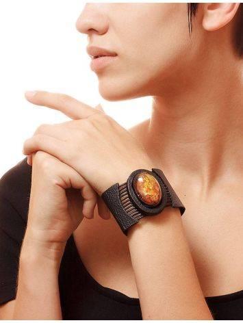 Оригинальный широкий браслет из натуральной кожи с овальной вставкой из сверкающего янтаря «Амазонка», фото , изображение 2