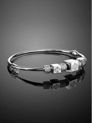 Браслет-обруч из белого золота с геометричными шармами, фото , изображение 2