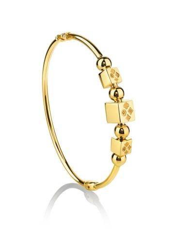 Стильный золотой браслет-обруч с кубиками-шармами, фото