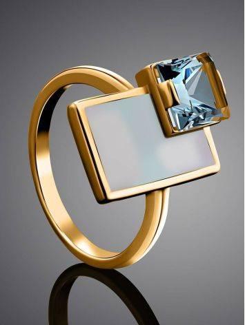 Эффектное золотое кольцо с голубым топазом и перламутром, Размер кольца: 16.5, фото , изображение 2