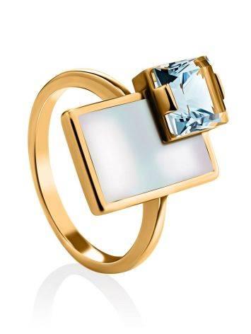 Эффектное золотое кольцо с голубым топазом и перламутром, Размер кольца: 16.5, фото